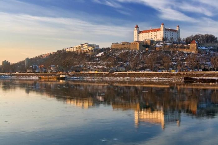 003_bratislavskiy_zamok_na_reke_dunay.jpg
