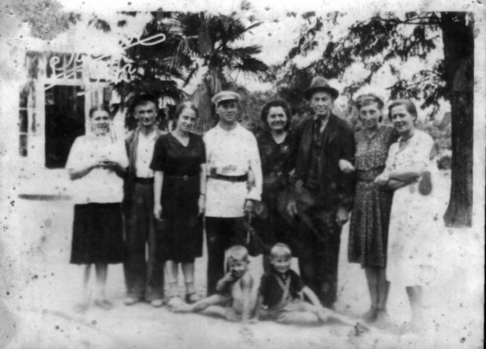 053_novichkov_with_workers_1947.jpg
