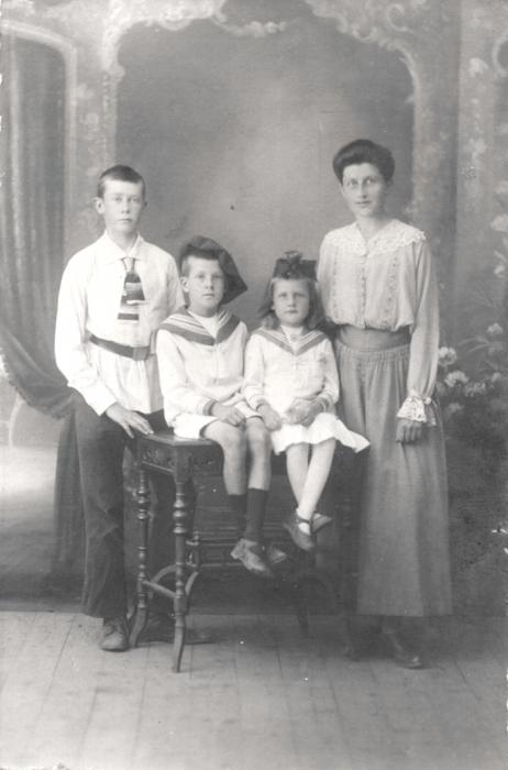1922_god_olga_grebenshchikova_s_detmi.jpg