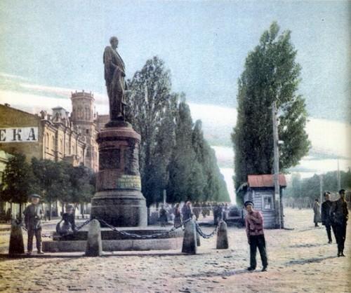 Pamyatnik_A.A.Bobrinskomu_v_Kieve_do_revolyucii.jpg