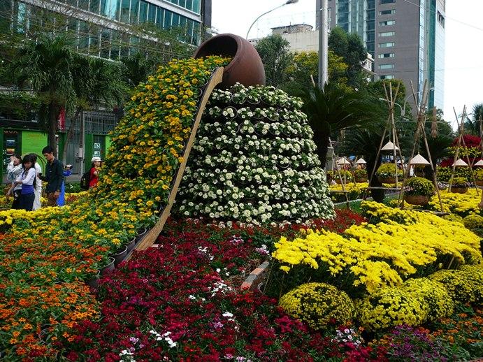 Цветочные композиции в саду фото