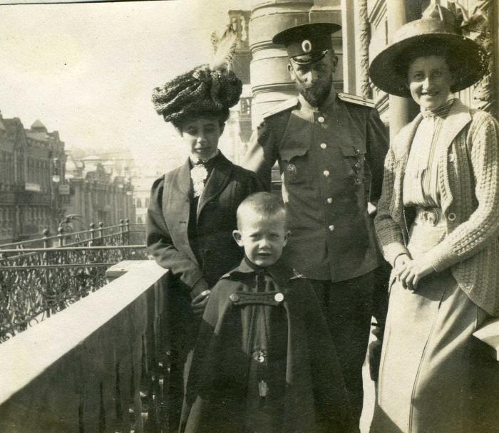 nina_zvolyanskaya_sleva_i_semya_grebenshchikovyh_s-peterburg_1913.jpg