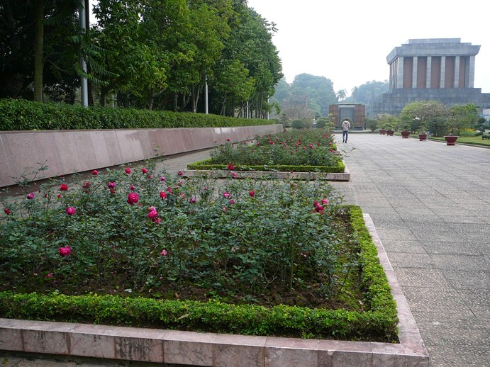 roses_near_mausoleum.jpg
